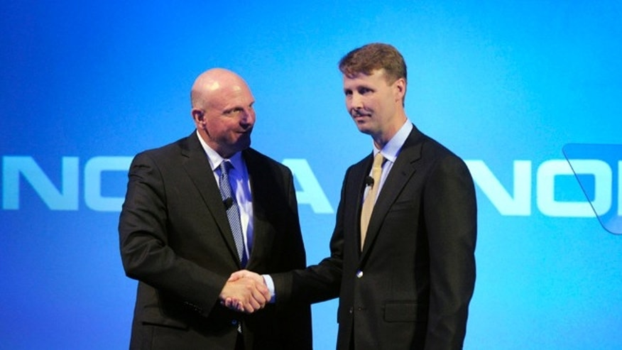 Microsoft CEO Steve Ballmer shakes hands with Nokia&#39&#x3b;s Chairman of the Board Risto Siilasmaa (R) during the news conference of Finnish mobile phone manufacturer Nokia in Espoo, September 3, 2013.