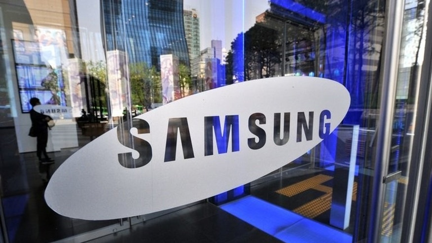Samsung said Wednesday it would unveil a smartphone with a curved display in October -- a technological innovation aimed at maintaining its lead in a lucrative but increasingly saturated market.