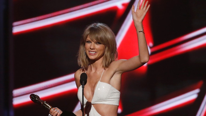 File photo. Taylor Swift accepts the award for Top Billboard 200 Album for '1989,' at the 2015 Billboard Music Awards in Las Vegas, Nevada May 17, 2015.