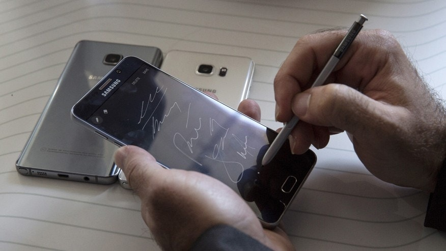 A man writes on a Samsung Galaxy Note 5 at the product's launch event in New York Aug.13, 2015.