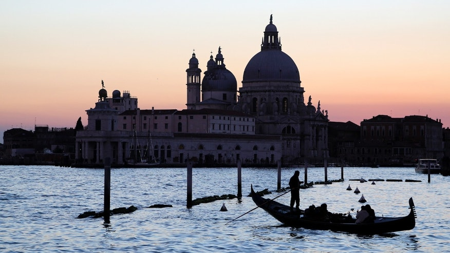"File photo - a gondolier rows a gondola in front of ""Punta della Dogana"" in the Venetian lagoon Feb. 1, 2015. (REUTERS/Stefano Rellandin)"