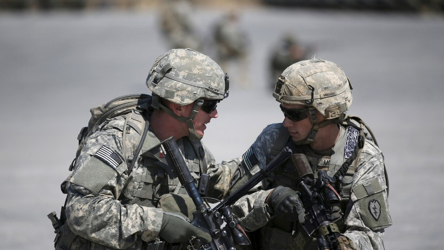 File photo - U.S. Army soldiers take part in a U.S.-South Korea joint live-fire military exercise at a training field in Pocheon, south of the demilitarized zone separating the two Koreas, March 25, 2015. The exercise is part of Foal Eagle, an annual military training between U.S. and South Korea (REUTERS/Kim Hong-Ji)
