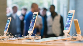 Customers stand in line at the Apple store in Berlin, as they wait to buy the newly released iPhone 6 September 19, 2014. REUTERS/Hannibal (GERMANY - Tags: BUSINESS TELECOMS) - RTR46VA2