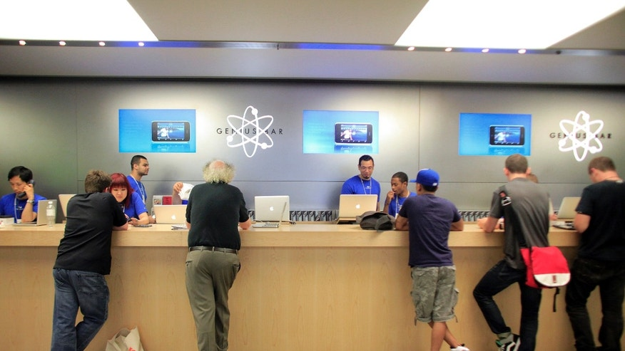 People are served at the Genius Bar at the Apple Store 5th Avenue in New York June 24, 2010. (REUTERS/Eric Thayer)