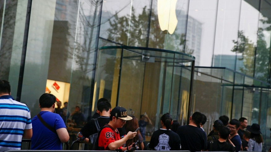 People line up outside an Apple store to purchase the new iPhone 7, in Beijing, China Sept. 16, 2016. (REUTERS/Thomas Peter)