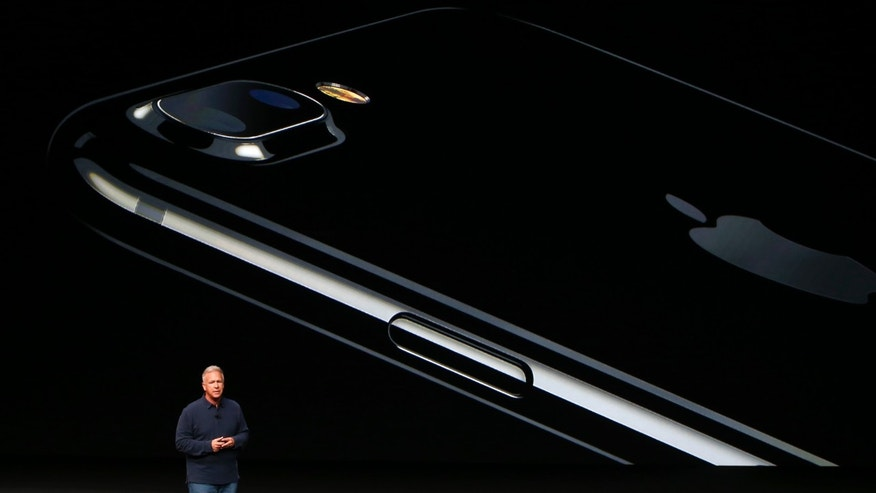 Phil Schiller, Senior Vice President of Worldwide Marketing at Apple Inc, discusses the iPhone 7 during an Apple media event in San Francisco, California, U.S. September 7, 2016. (REUTERS/Beck Diefenbach)