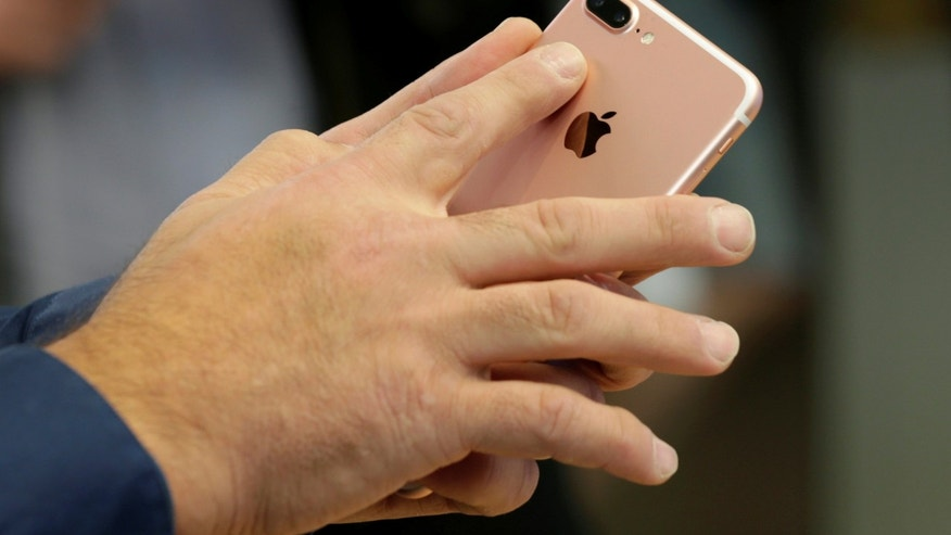 A new Rose Gold iPhone 7 Plus with dual cameras is shown in Australian's flagship Apple store in Sydney, September 16, 2016 as the iPhone 7 range goes on sale for the first time. (REUTERS/Jason Reed)