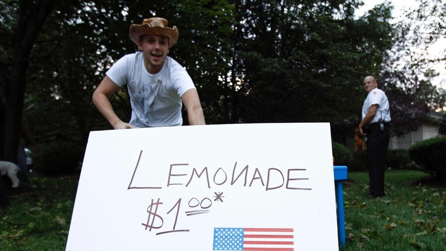 File photo: A Secret Service agent watches over a man who set up a lemonade stand outside a private residence. (REUTERS/Jim Young)