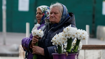 Elderly women wait for customers as they sell flowers in central Kiev, Ukraine April 27, 2017.  REUTERS/Gleb Garanich - RTS1463H