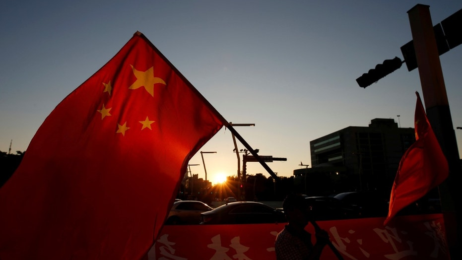 File photo: A pro-China supporter holds Chinese national flag, outside the dinner venue of Sha Hailin, a member of Shanghai's Communist Party standing committee, in Taipei, Taiwan August 22, 2016. (REUTERS/Tyrone Siu)