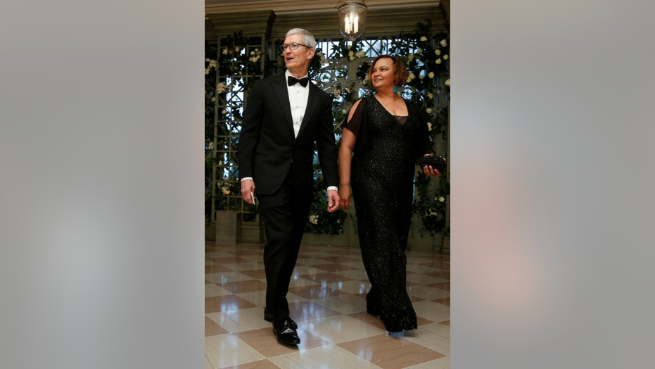 FILE PHOTO: Chief Executive Officer (CEO) of Apple Tim Cook and Lisa Jackson arrive for the State Dinner in honor of French President Emmanuel Macron at the White House in Washington, U.S., April 24, 2018. (REUTERS/Joshua Roberts/File photo)