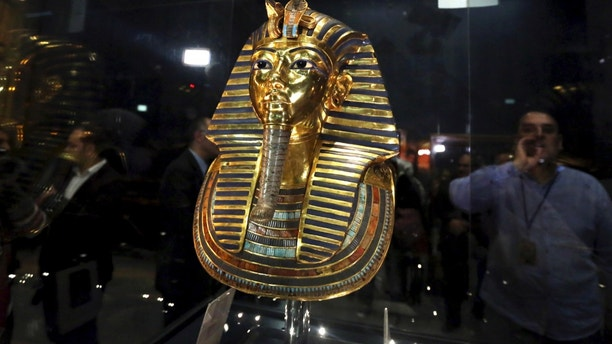 The golden mask of King Tutankhamun is displayed inside a glass cabinet at the Egyptian Museum in Cairo, Egypt, December 16, 2015. Egyptian antiquities authorities announced on Wednesday the completion of restoration work conducted on the mask of Egypt's famous boy king, Tutankhamun. REUTERS/Mohamed Abd El Ghany - GF10000268424