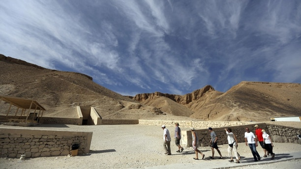Tourists visit the Valley of the Kings in Luxor, Egypt, November 28, 2015. Chances are high that the tomb of Ancient Egypt's boy-king Tutankhamun has passages to a hidden chamber, which may be the last resting place of the lost Queen Nefertiti, experts said on Saturday. REUTERS/Mohamed Abd El Ghany  - RTX1WA08