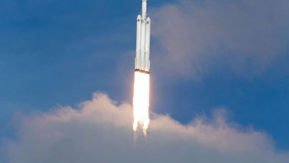 A SpaceX Falcon Heavy rocket lifts off from historic launch pad 39-A at the Kennedy Space Center in Cape Canaveral, Florida, U.S., February 6, 2018. REUTERS/Joe Skipper - HP1EE261LV0L4