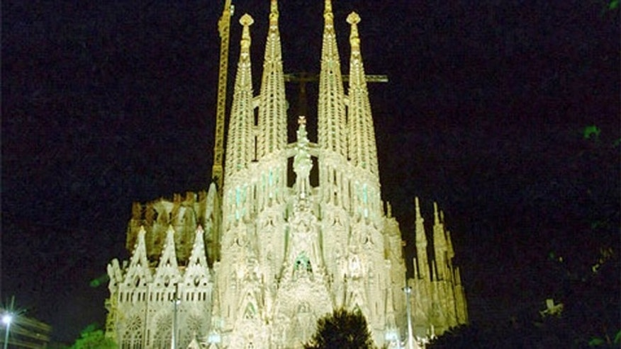 THe majestic Basílica de la Sagrada Família at night.