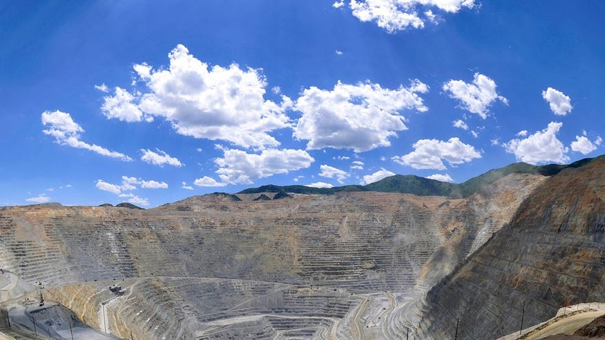Bingham Canyon open pit copper mine (Kennecott copper mine): Salt Lake City, Utah