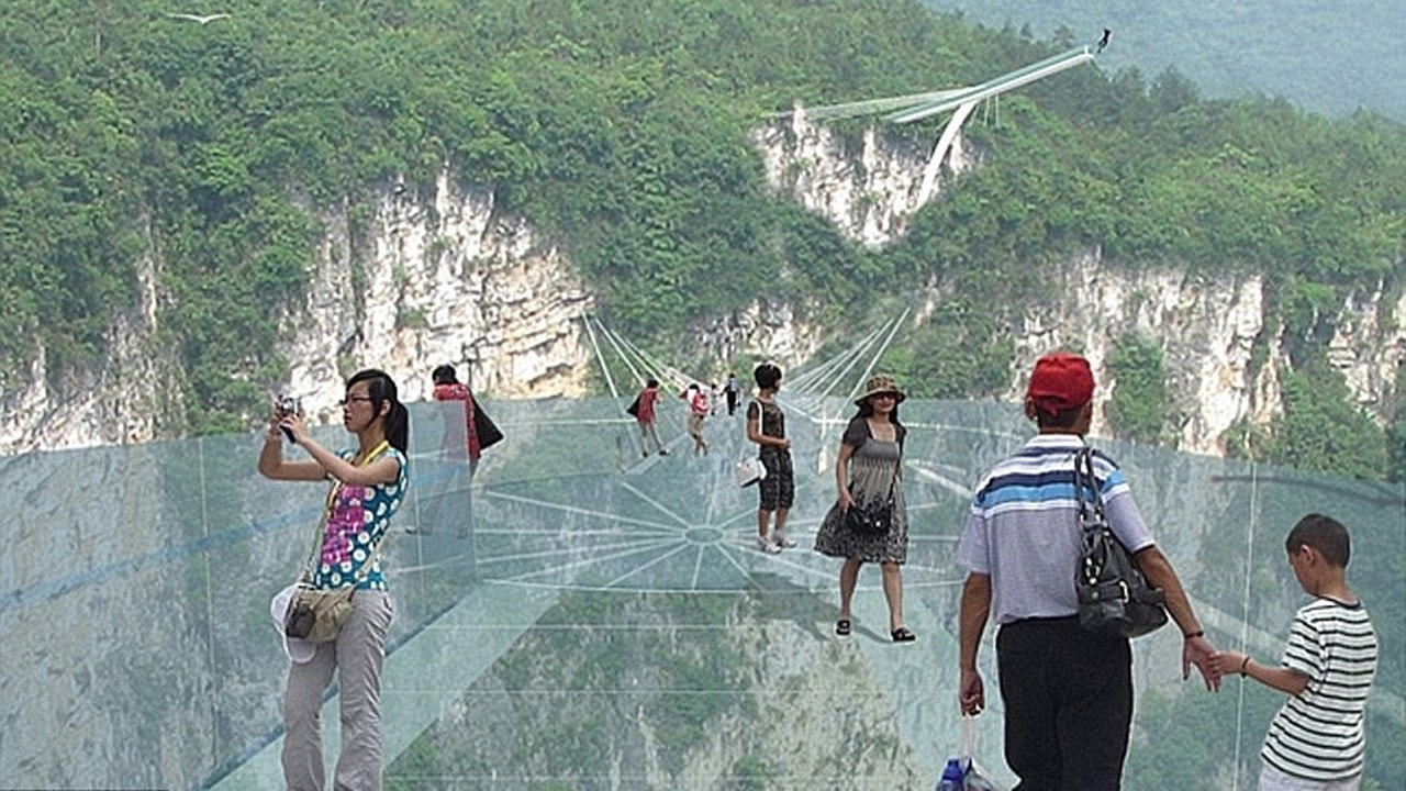 China is building the world's tallest and longest glass bridge