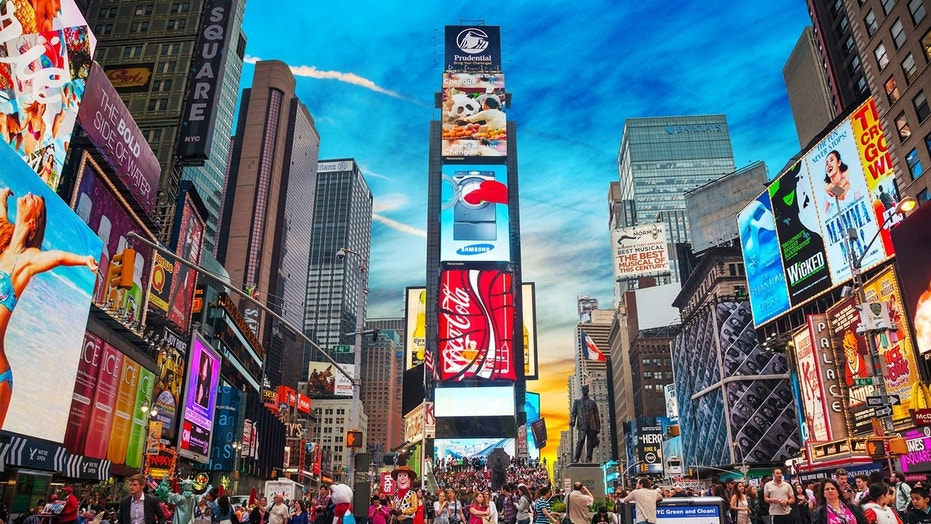 Lionsgate entertainment city to bring 39 hunger games 39 39 mad men 39 themed attractions to times - Times square background ...