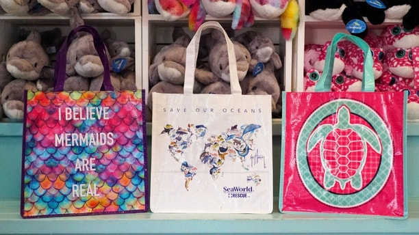 SeaWorld Parks & Entertainment announced that all 12 of its theme parks have completely removed all single-use plastic drinking straws and single-use plastic shopping bags. (PRNewsfoto/SeaWorld Entertainment, Inc.)