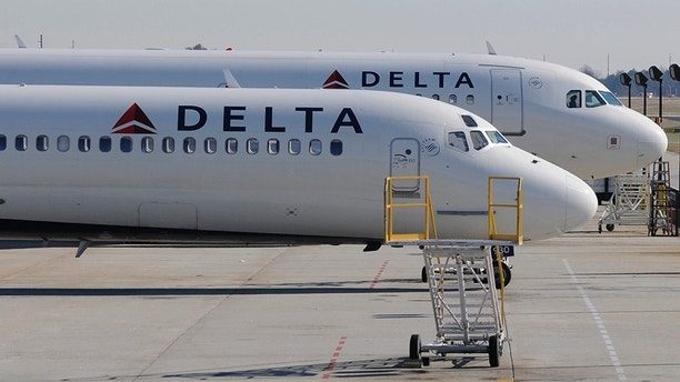 A Delta Airlines MD-88 (foreground) with Airbus A320 (background) at Hartsfield-Jackson International Airport in Atlanta , Georgia, December 9, 2011.    REUTERS/Tami Chappell (UNITED STATES) - WM2E7CJ13RP01
