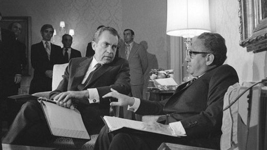 Pres. Nixon confers with Henry Kissinger