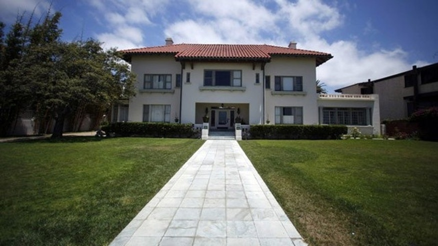 The Coronado home of Medicis Pharmaceutical Corp chief executive Jonah Shacknai is pictured in California July 14, 2011. Shacknai's girlfriend Rebecca Nalepa, 32, was discovered dead at his mansion prompting an investigation by homicide detectives, police said on Thursday. REUTERS/Mike Blake  (UNITED STATES - Tags: CRIME LAW)