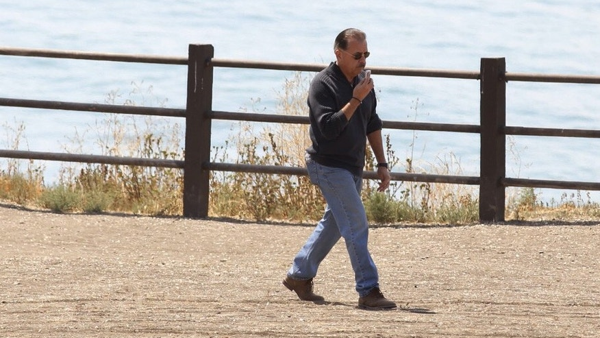 Defendent Cameron Brown, left, and Los Angeles County sheriff deputies, watch as jurors make a site visit to the Abalone Cove and Portuguese Bend areas during his trail in Rancho Palos Verdes, Calif., Thursday, May 7, 2015. It is the third trial for Brown who is accused of killing his 4-year-old daughter, who plunged to her death off a cliff into the Pacific Ocean. (Al Seib/Los Angeles Times via AP, Pool)