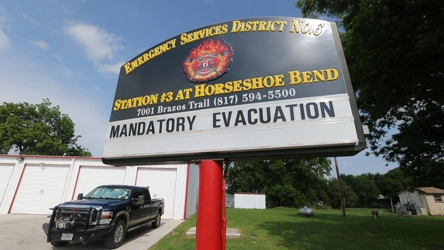 Authorities call for an evacuation of Horseshoe Bend, Texas, because the Brazos River is expected to flood, Wednesday, May 27, 2015. (Rodger Mallison/The Fort Worth Star-Telegram via AP) MAGAZINES OUT; (FORT WORTH WEEKLY, 360 WEST) MANDATORY CREDIT