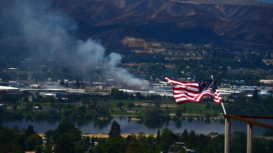 "An ammonia leak from the Blue Bird packing plant is seen from East Wenatchee on Monday, Jun 29, 2015, in Wenatchee, Wash. Emergency management officials have issued a ""shelter in place"" order after ammonia started leaking from the fruit warehouse burning in the central Washington wildfire.   (Tyler Tjomsland/The Spokesman-Review, via AP)"