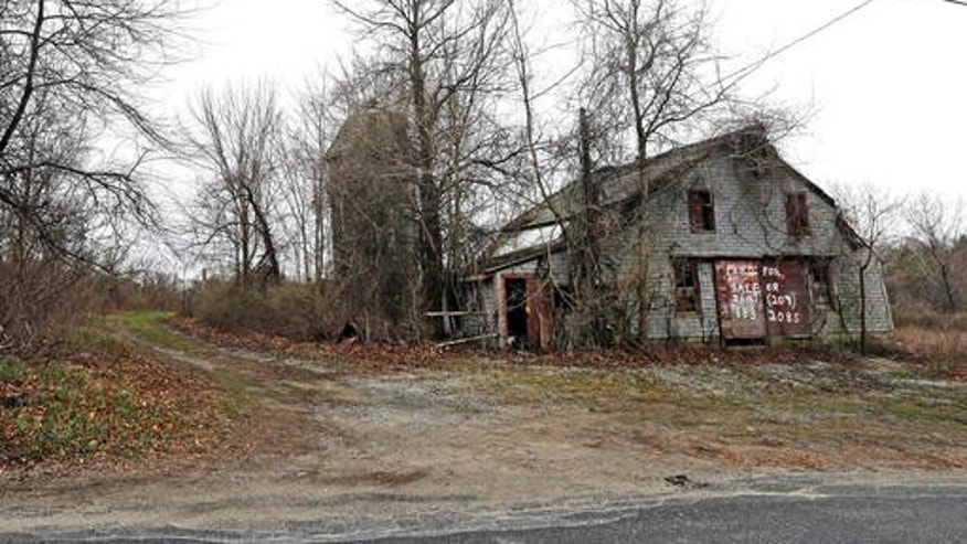 An old barn stands on land located in Dudley, Mass., which is the site of a proposed Muslim cemetery, a project vigorously opposed by area residents. (AP Photo/Elise Amendola)