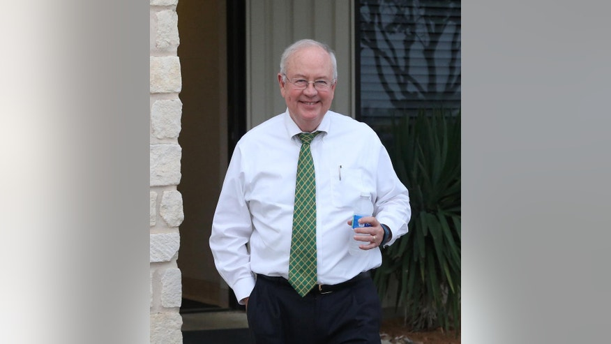Baylor President Ken Starr leaves a terminal at a Waco airport Wednesday, May, 25, 2016, in Waco, Texas. Baylor University officials say regents are still reviewing an investigation into how the Texas school handled reports of rape and assault by football players and expect to announce any actions by June 3, 2016. (Rod Aydelotte/Waco Tribune Herald, via AP) MANDATORY CREDIT