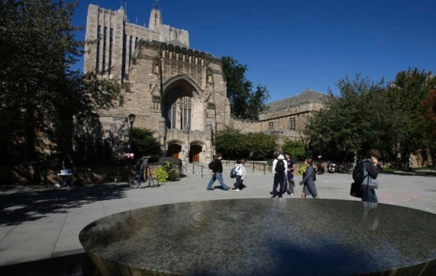 Students walk on the campus of Yale University in New Haven, Connecticut, October 7, 2009.  REUTERS/Shannon Stapleton (UNITED STATES)