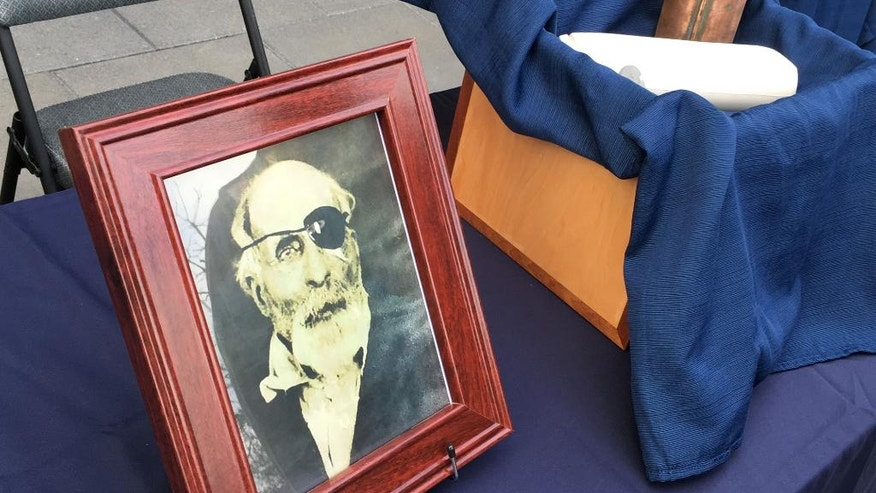 The cremated remains and a photo of Maine Civil War soldier Jewett Williams are displayed in Salem, Ore., Monday, Aug. 1, 2016, before the ashes are handed over for a motorcycle journey across the country to Williams' home state where he will be buried with military honors. Williams served in the 20th Maine Regiment and died in 1922 at an Oregon insane asylum. (AP Photo/Andrew Selsky)
