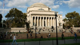 Students walk across the campus of Columbia University in New York, October 5, 2009. REUTERS/Mike Segar    (UNITED STATES) - RTXPCFQ