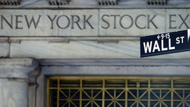 A street sign is seen in front of the New York Stock Exchange October 16, 2007. U.S. stocks fell on Tuesday after disappointing earnings and outlooks from financial services companies suggested problems from the credit squeeze will be prolonged. Oil prices, which earlier rose to a record on Middle East tensions, contributed to the stock market's gloom.    REUTERS/Brendan Mcdermid (UNITED STATES)