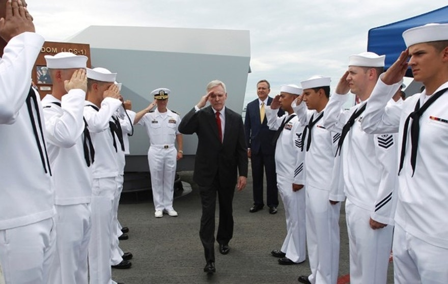 U.S. Secretary of the Navy Ray Mabus salutes servicemen as he leaves the USS Freedom littoral combat ship after his visit, at Changi Naval Base in Singapore May 11, 2013. REUTERS/Edgar Su (SINGAPORE - Tags: MILITARY POLITICS) - RTXZICI