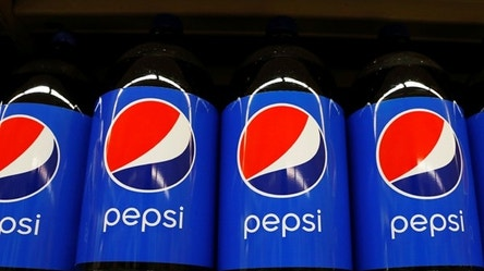Pepsi products are displayed in a supermarket in New York City, U.S. February 15, 2017. REUTERS/Brendan McDermid - RTSYUYP