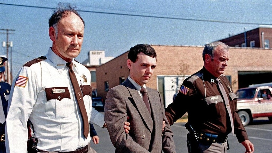 FILE – In this Nov. 2, 1987, file photo, convicted killer Donald Harvey, center, is led back to jail by Laurel County, Ky., Sheriff Floyd Brummett, left, and an unidentified deputy after pleading guilty to eight murder charges and one voluntary manslaughter charge in London, Ky. (AP Photo/Ed Reinke, File)