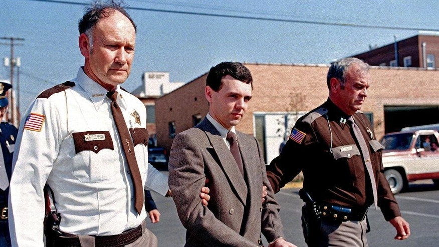 FILE – In this Nov. 2, 1987, file photo, convicted killer Donald Harvey, center, is led back to jail by Laurel County, Ky., Sheriff Floyd Brummett, left, and an unidentified deputy after pleading guilty to eight murder charges and one voluntary manslaughter charge in London, Ky.   Harvey, who was serving multiple life sentences, was found beaten in his cell Tuesday afternoon at the state's prison in Toledo, state officials said. He died Thursday morning, said JoEllen Smith, spokeswoman for Ohio's prison system. He was 64.  (AP Photo/Ed Reinke, File)