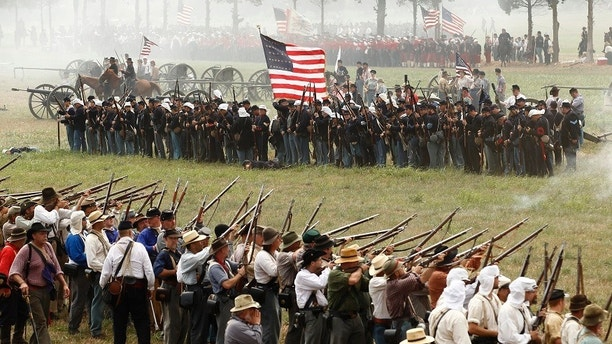 Union and Confederate soldiers face off during the reenactment of the Battle of First Manassas/Bull Run in Manassas, Virginia July 23, 2011. The event commemorates the 150th anniversary of the first major conflict of the Civil War. REUTERS/Kevin Lamarque  (UNITED STATES) - RTR2PB8I