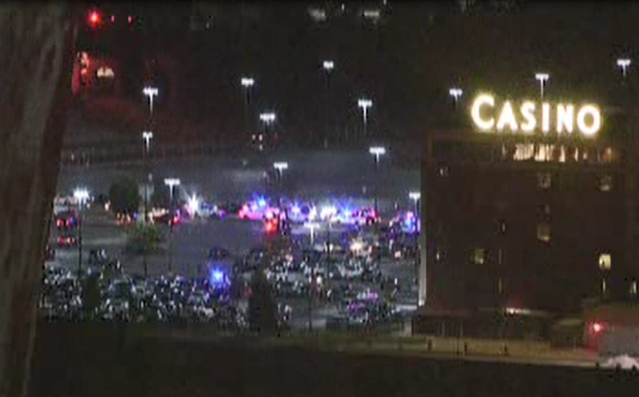 3 gunmen rob Illinois casino; security guard shot