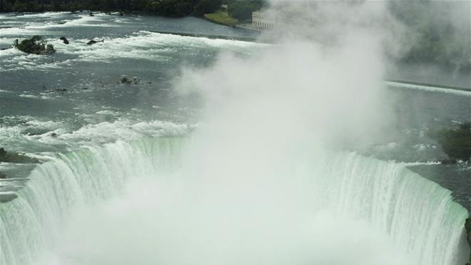 Boy falls from railing at Niagara Falls
