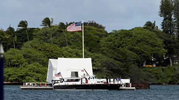 U.S. President Barack Obama and Japanese Prime Minister Shinzo Abe arrive at the USS Arizona Memorial at Joint Base Pearl Harbor-Hickam in Honolulu, Hawaii, December 27, 2016. REUTERS/Hugh Gentry - RC126767B4E0