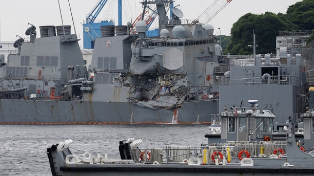 The guided missile destroyer of the Arleigh Burke USS Fitzgerald clbad, damaged when colliding with a Philippine merchant ship flagship, is seen at the US naval base in Yokosuka, Japan June 18, 2017. REUTERS / Toru Hanai - RC1AB04DF200