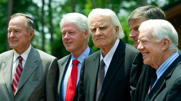 Former U.S. presidents, George H.W. Bush (L), Bill Clinton (2nd L) and Jimmy Carter (R), pose with evangelist Billy Graham and Franklin Graham (2nd R) before the Billy Graham Library Dedication on the campus of the Billy Graham Evangelistic Association in Charlotte, North Carolina May 31, 2007 . REUTERS/Chris Keane (UNITED STATES) - GM1DVJPRZLAA