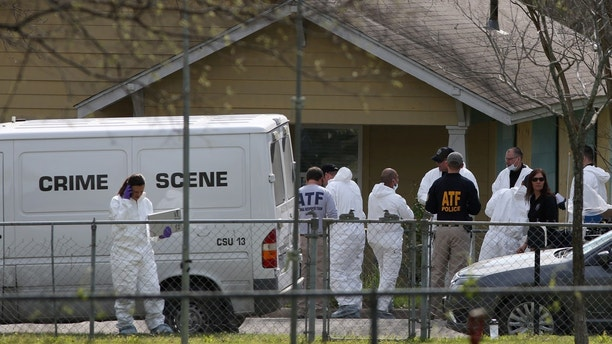 Law enforcement personnel investigate the home where Austin serial bomber Mark Anthony Conditt lived in Pflugerville, Texas, U.S., March 22, 2018. REUTERS/Loren Elliott - RC1241B5FEC0