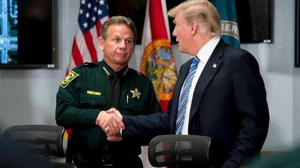 President Donald Trump shakes the Broward County Sheriff Scott Israel shook hands with law enforcement officers at the Broward County Sheriff's Office in Pompano Beach, Fla., On Friday, February 16, 2018, after shooting Wednesday at Marjory Stoneman Douglas High School in Parkland, Florida (AP Photo / Andrew Harnik)