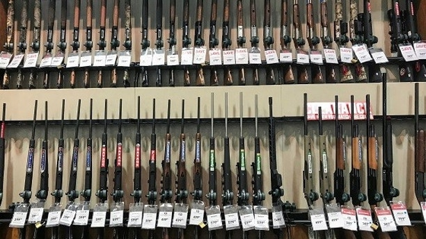 Rifles for sale are in Dicks' sports shop in Stroudsburg, Pennsylvania, USA, to be seen on February 28, 2018. REUTERS / Eduardo Munoz - RC162A3210F0