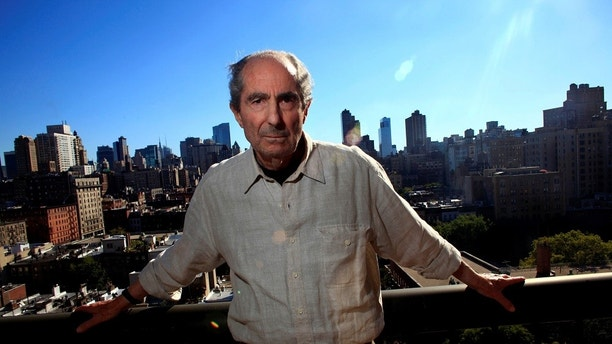 FILE PHOTO - Author Philip Roth poses in New York September 15, 2010.  REUTERS/Eric Thayer/File Photo - RC167B2CBE80