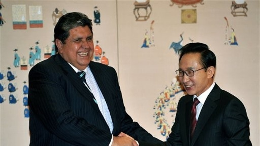 South Korean President Lee Myung-bak, right, shakes hands with Peruvian President Alan Garcia before their meeting at the presidential Blue House in Seoul, South Korea, on Monday, Nov. 15, 2010. (AP Photo/Jung Yeon-je, Pool)